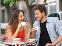 Prepoznajte da li flertuje sa Vama